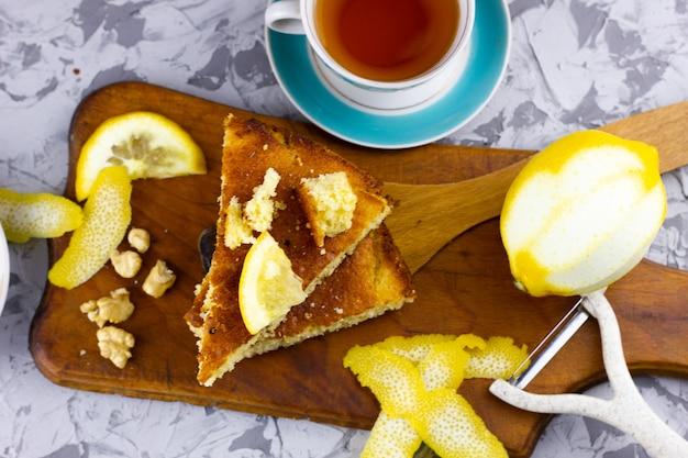 自家製ケーキとレモンティー。碑文の下にある冬のペストリー。冬のフルーツと自家製レモンパイ