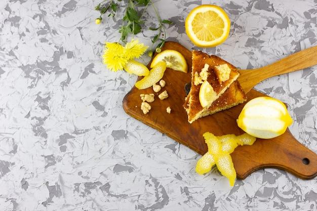 Два ломтика лимона пирог с ломтиком лимона крупным планом. зимний десерт вид сверху. домашний торт