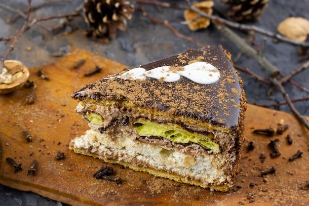 Кусок зимнего торта. кусок нарезанного торта, запеченный на зимние каникулы