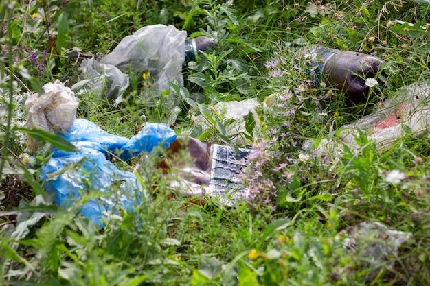 道端のゴミ、都市環境汚染に捨てられた