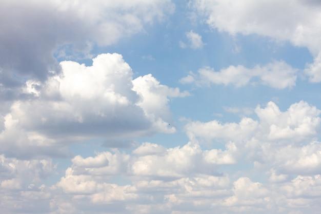 Голубое небо с множеством облаков. естественный чистый фон с копией пространства
