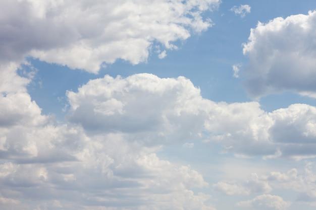 Голубое небо с множеством облаков