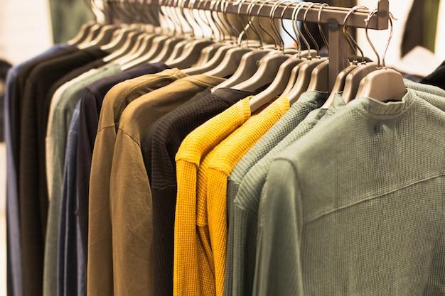 販売のためのファッションブティックでテンペルをぶら下げマルチカラーのセーターのグループ