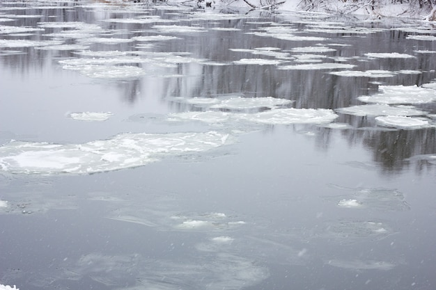 Плывет дед по зимней реке, зимний пейзаж, весенние паводки