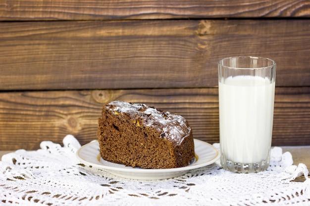 チョコレートケーキとミルクのガラス