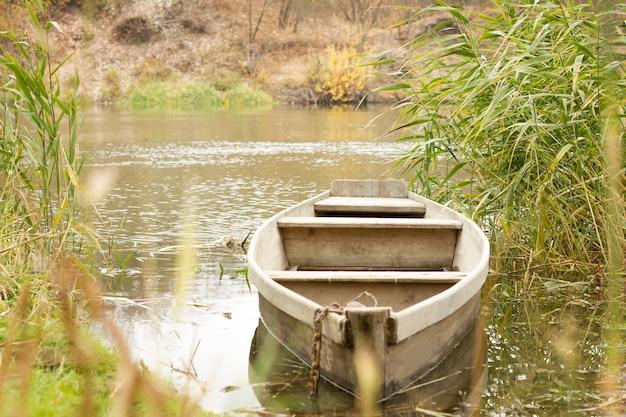 田舎の村、ボートで秋に川をボートします。