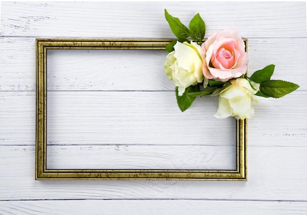 木製フレームとバラ