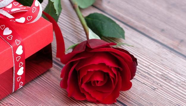 咲く美しい赤いバラと赤いプレゼントボックス