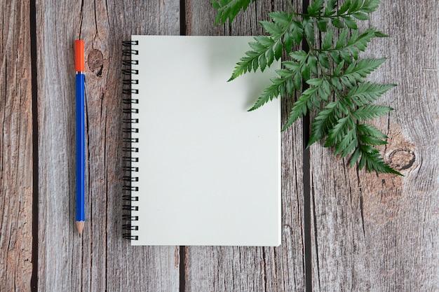 ウッドの背景上のノート
