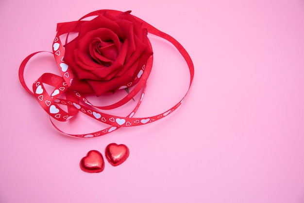 Красная роза на розовом фоне