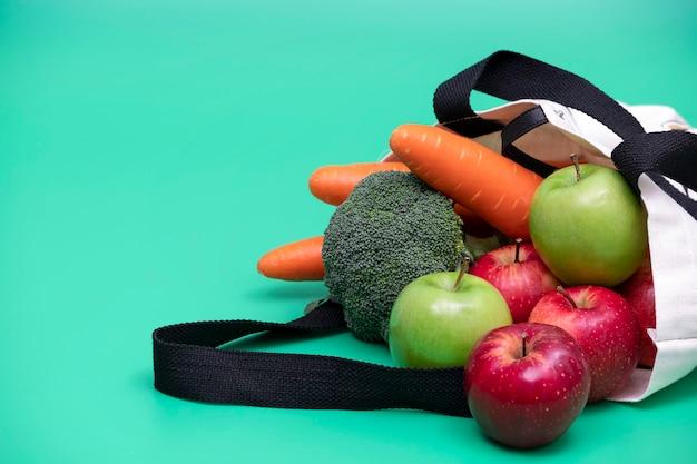 Яблоки и овощи в тканевой сумке