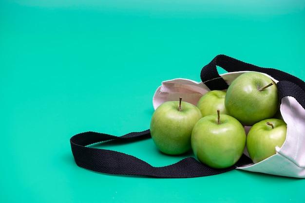 布バッグにリンゴ