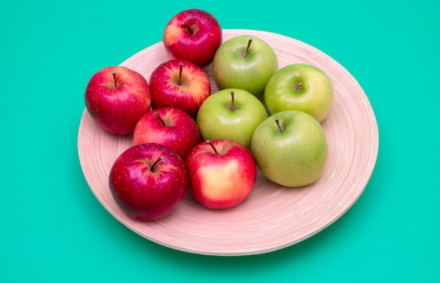 竹皿に赤と緑のリンゴ