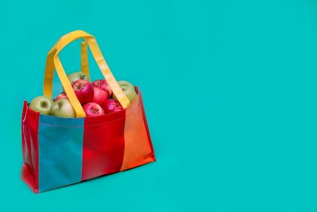 リサイクルビニール袋にリンゴ