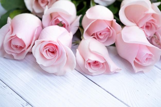 柔らかいピンクのバラの美しい花束