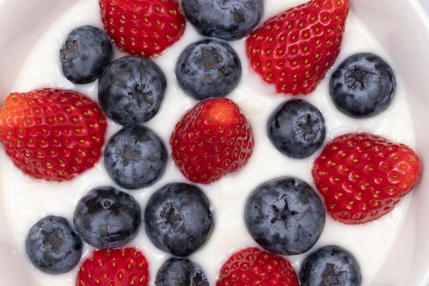 Йогурт со свежими ягодами