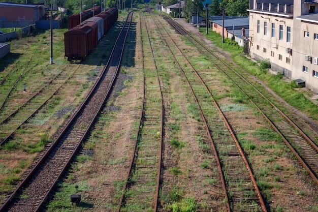 線路、たくさんのレールが遠くに入る
