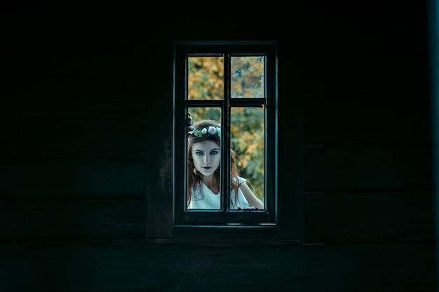 悪夢、ハロウィーンのコンセプトから若い女性の肖像画。