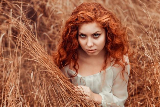 フィールドに赤い髪を持つ美しい少女の肖像画