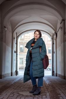 通りを歩いて美しい自信を持って女性のファッションの肖像画