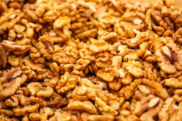 Очищенный грецкий орех здорового питания крупным планом, красивый фон