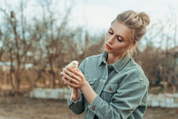 彼女の手にチキンを持つ美しい女性