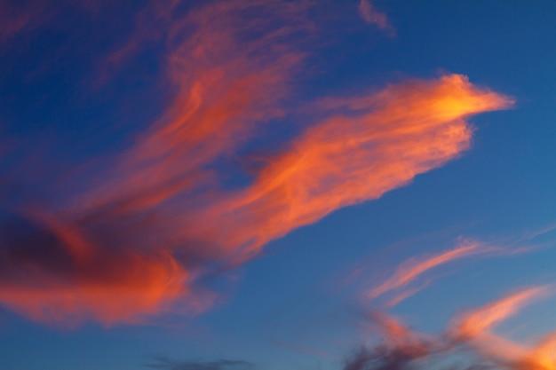 海、夕焼けの鮮やかな色の上空で美しい夕焼け雲。