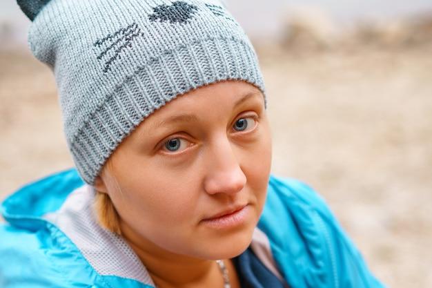 青いジャケットのニット帽子の素敵な女性