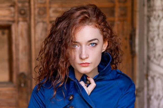 かわいい赤い髪の少女、ウェーブのかかった髪と美しい目の肖像画