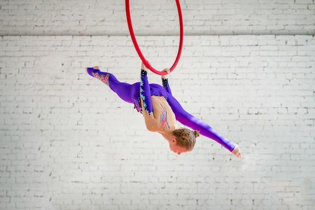 空気中のリングの体操選手
