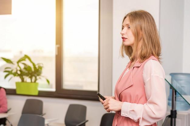 ビジネスの女性がトレーニング、美しいスタイリッシュな女性を実施します