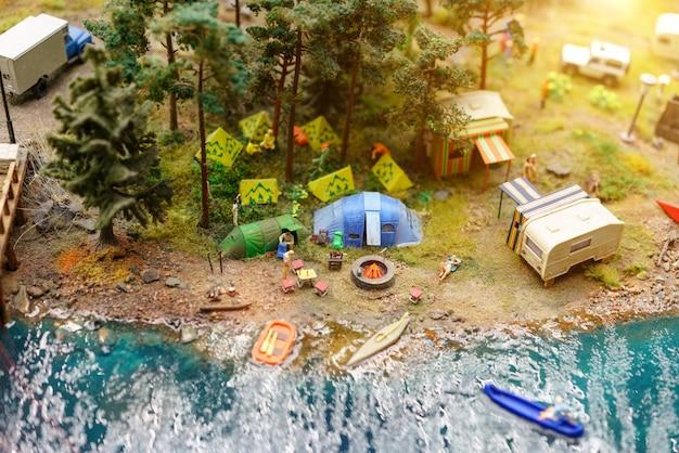 ミニチュアのテントで湖で休む