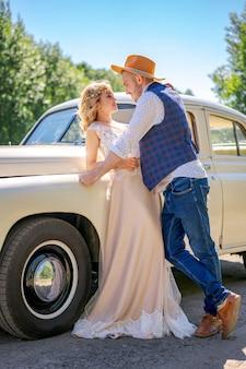 車の近くを抱いて美しい若いカップル