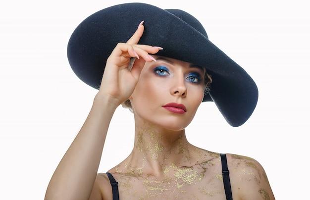 で美しい女性の肖像画は、分離された白地に黒い帽子