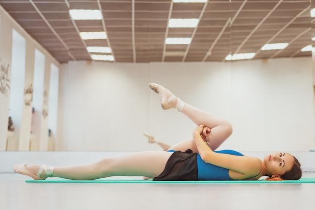 ホールでのトレーニングに従事しているかわいい体操選手