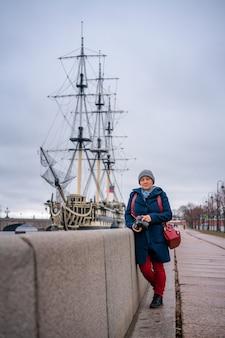 船の近くのウォーターフロントに素敵な女性