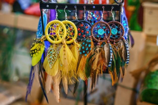 美しいドリームキャッチャーがふわふわの羽を彩る