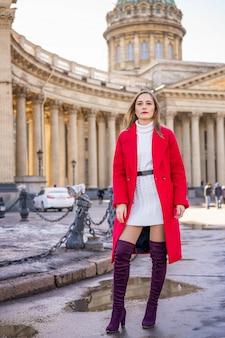 Молодая женщина на фоне казанского собора
