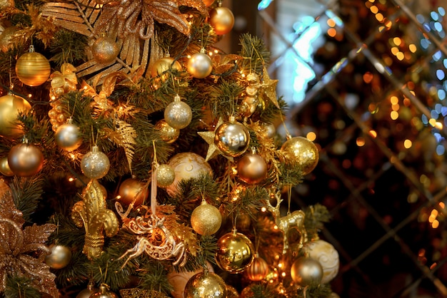 クリスマスツリーのクローズアップにゴールデンボール