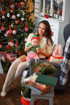 Мама и маленький сын в рождественском декоре