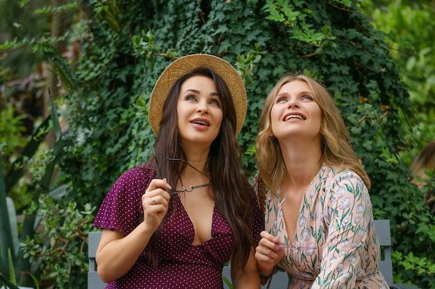 Две веселые друзья смеются на улице