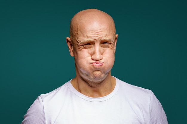Портрет лысого мужчины раздулся по щекам