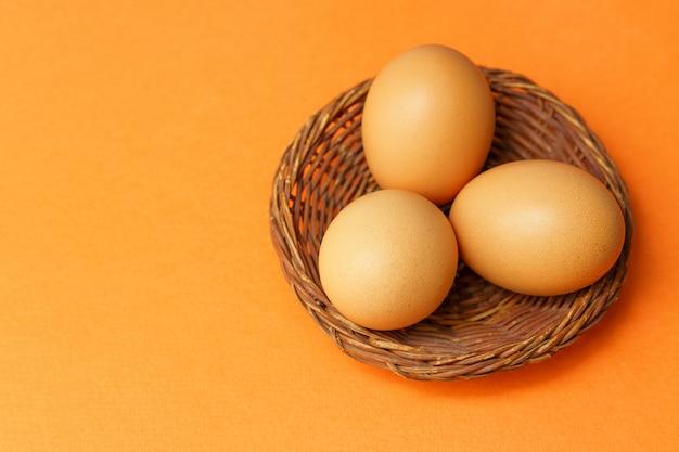 Коричневые яйца в корзине