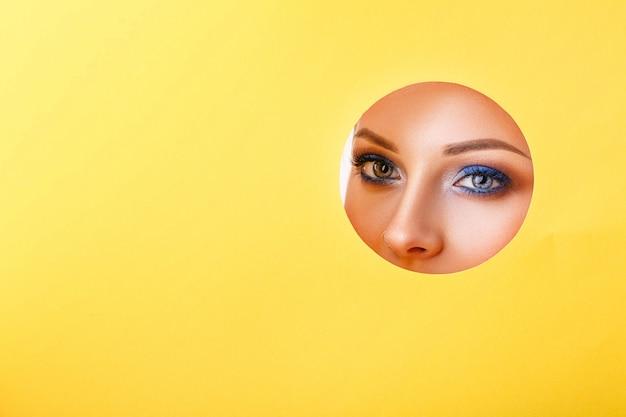 Женщина смотрит в дыру