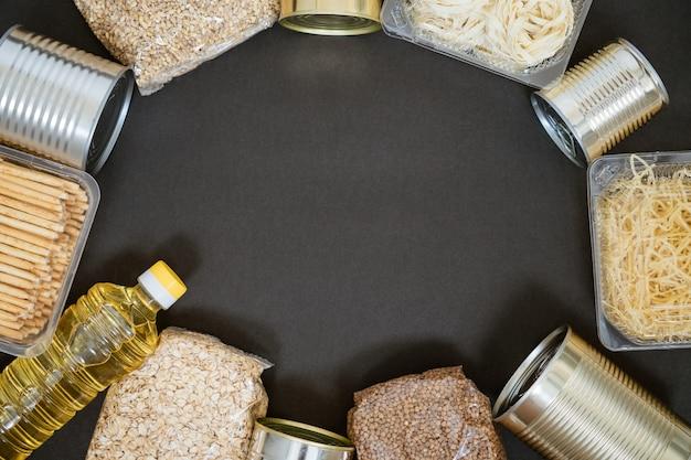 黒の背景に穀物、寄付の概念