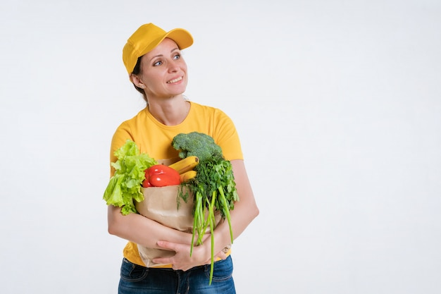 食品パッケージを持つ女性の食品配達労働者