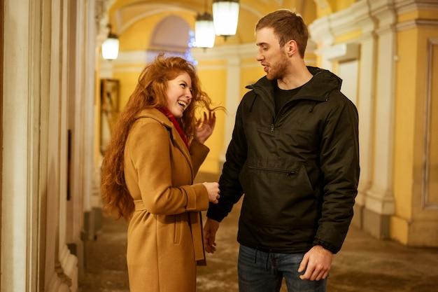 夕方には街を歩いて幸せなカップル