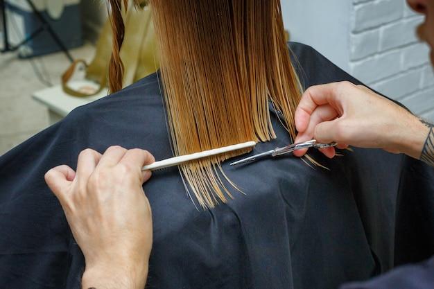 美容院で髪を切る