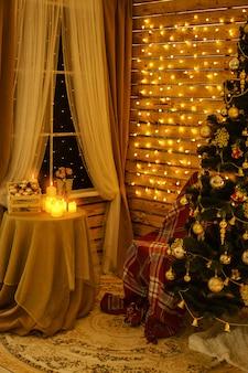 クリスマスツリーは花輪をぶら下げ壁の部屋に