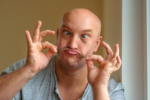 Эмоциональный человек с усами разных выражений лица на лице